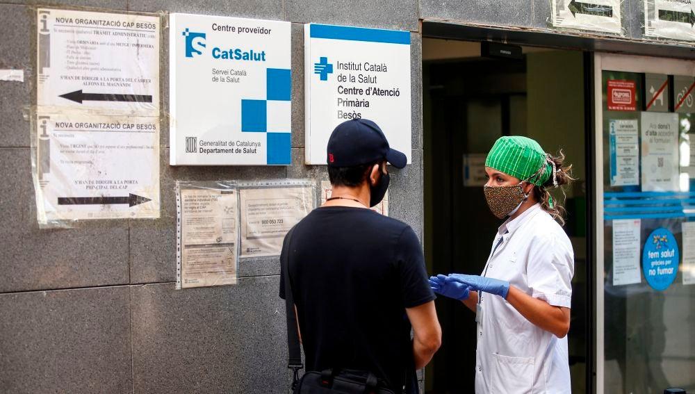 Ciudadanos del barrio del Besós de Barcelona guardan cola para someterse a una PCR