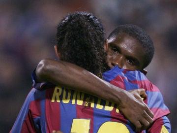 Eto'o abraza a Ronaldinho