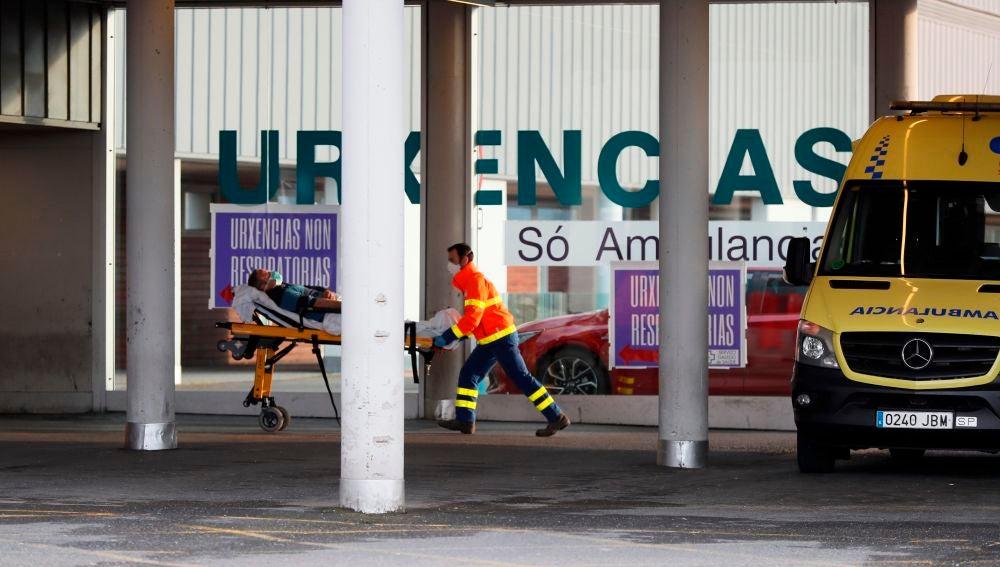 Una ambulancia llega con un enfermo a las urgencias del Hospital Lucus Augusti, en Lugo