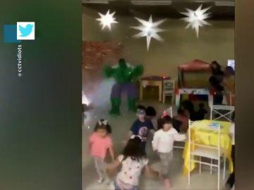 De una dulce sorpresa al pánico: el momento en el que unos niños huyen despavoridos al ver aparecer a Hulk de repente