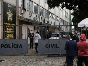 Periodistas brasileños a las puertas de la comisaría a la que fueron trasladados los familiares detenidos de Flordelis Souza.