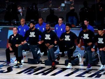 Los jugadores de la NBA se arrodillan contra el racismo