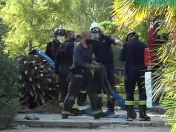 Un grupo de bomberos trabaja en la zona del accidente
