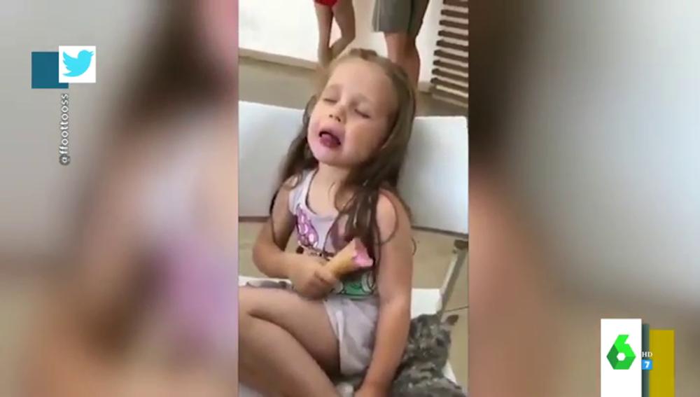 El divertido vídeo de una niña luchando contra el sueño para terminarse un helado