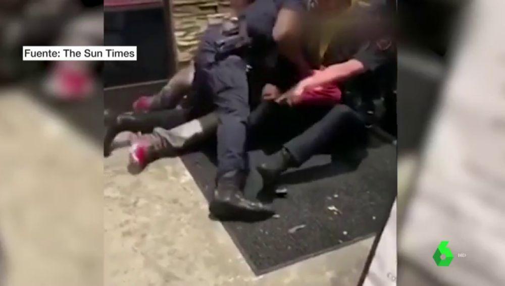 Brutal detención de tres agentes a un menor negro en EEUU: le golpean reiteradamente en el suelo