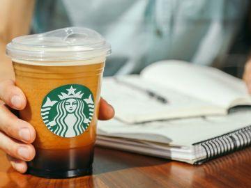 Starbucks dice adiós a las pajitas de plástico, pero no en todas sus bebidas