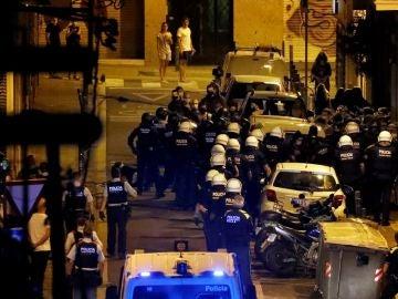 Agentes de la Guardia Urbana de Barcelona y de los Moscos disuelven a un grupo de manifestantes en la calle Regís de Barcelona