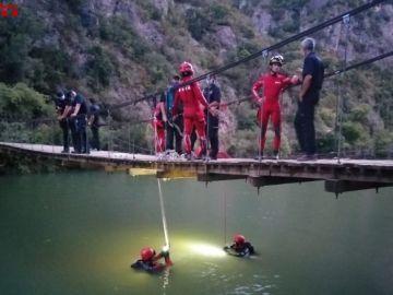 Imagen de los bomberos en el lugar donde han encontrado el cadáver del joven, en el pantano de la Camarasa