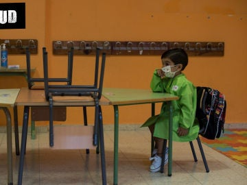 Imagen de archivo de un niño con mascarilla