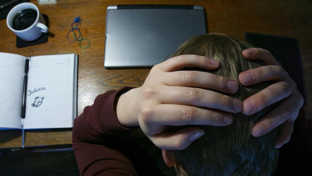Un hombre se echa las manos a la cabeza