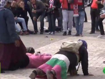 Los hinchas del PSV que vejaron a unas mendigas en Madrid les pagarán 1.500 euros a cada una