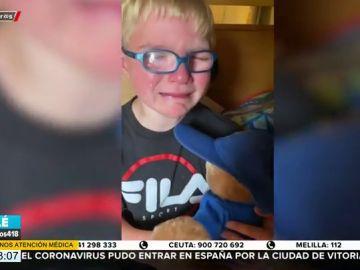 """El llanto desgarrador de un niño con leucemia al recibir un peluche con la voz de su abuelo fallecido: """"Te extraño mucho"""""""