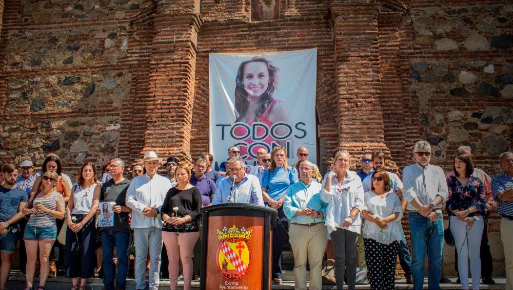 Familiares y vecinos de Manuela Chavero, en un acto