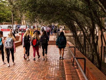 Estudiantes de camino a clase
