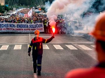Manifestación en el pueblo de Xove por el cierre de la fábrica de Alcoa