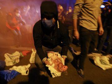 Miembros de los CDR arrojan cabezas de cerdo a los Mossos d'Esquadra que escoltan a la delegación del gobierno