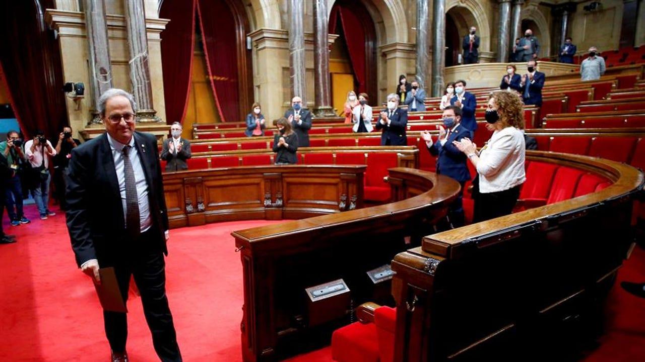 El expresidente de la Generalitat, Quim Torra, abandona el hemiciclo del Parlament tras intervenir en el pleno.