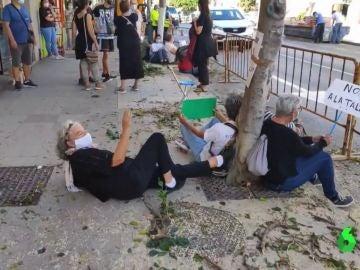 Sentada de los vecinos de La Cala de Moral para evitar la tala de sus árboles
