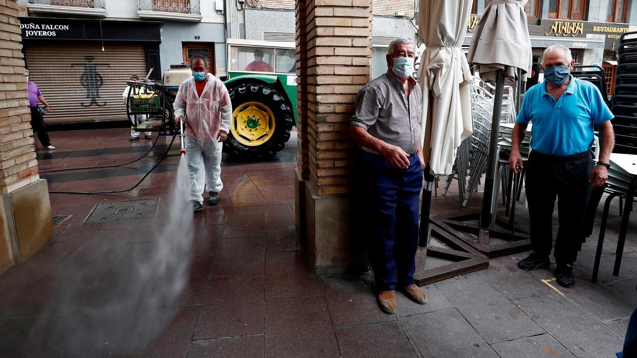 Un operario del Ayuntamiento de Peralta desinfecta las calles de dicha localidad