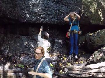 """Los gritos de las aventureras al encontrar una cascada en medio de la selva: """"¡Ese agua se puede beber, chicas!"""""""