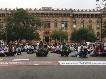 Sentada de médicos MIR frente la Consellería de Salut de Cataluña