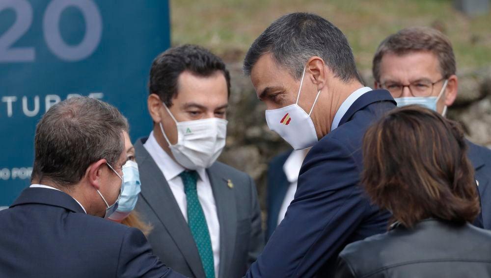 Pedro Sánchez saluda a Emiliano García-Page
