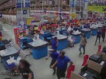 Imagen del momento en el que se desploman escaparates en un supermercado de Brasil