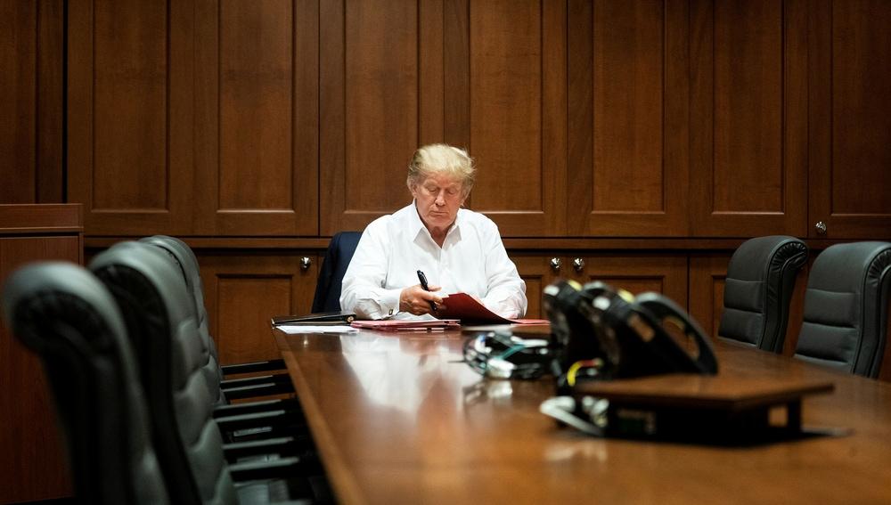 Donald Trump, en una reunión mientras recibe tratamiento por COVID-19