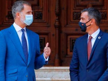El rey Felipe VI junto al presidente del Gobierno, Pedro Sánchez