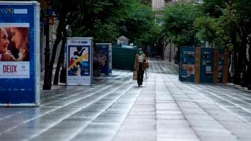 Una mujer camina por la céntrica calle del Paseo completamente vacía, en Ourense