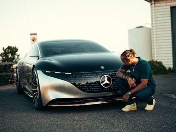 Lewis Hamilton, con su coche eléctrico