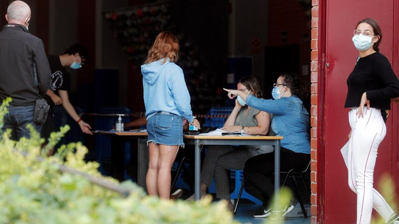 Realizan test de coronavirus a cientos de estudiantes por un brote en un colegio mayor