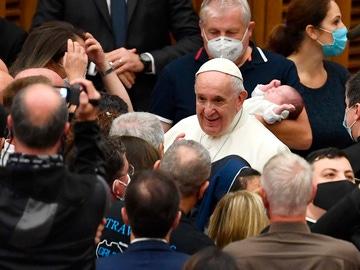 El papa Francisco saluda a su llegada a la Audiencia general del miércoles en el aula Paul VI