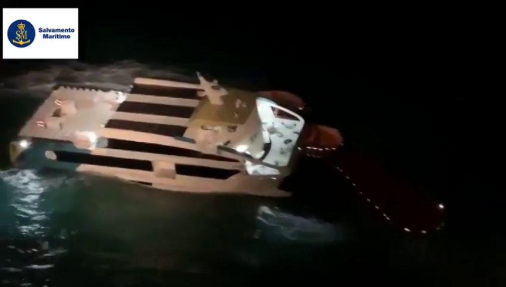 El momento en el que un ferry queda varado en el agua tras chocar contra un islote entre Ibiza y Formentera