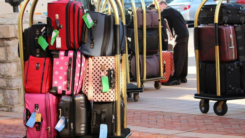 Imagen de archivo de un portamaletas de hotel cargado.