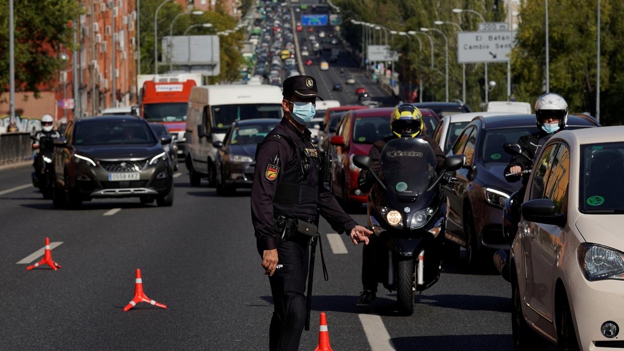 Cierre Madrid: Un agente controla la movilidad en la salida de Madrid