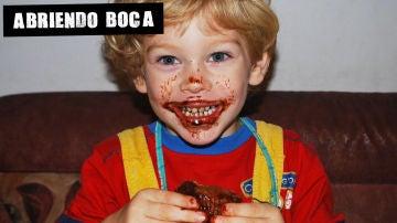 Un niño comiendo tarta