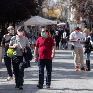 Personas con mascarilla pasean en Alcalá de Henares