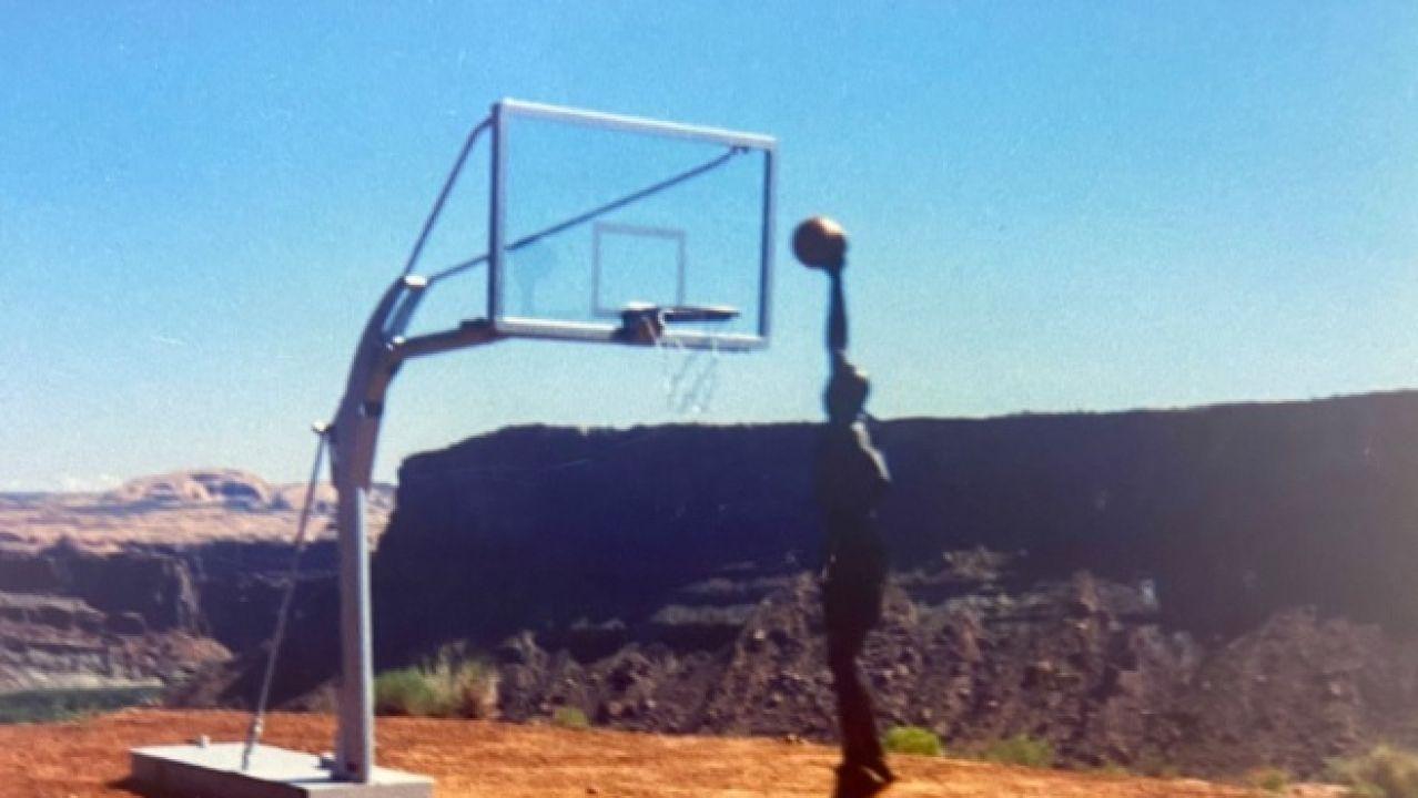 Michael Jordan, haciendo un mate en el desierto