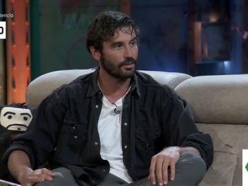 El tenso momento de Álex García con seis antidisturbios que deja alucinado a David Broncano