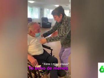 El emotivo reencuentro de un matrimonio de ancianos que no pueden aguantar las lágrimas al verse tras la pandemia