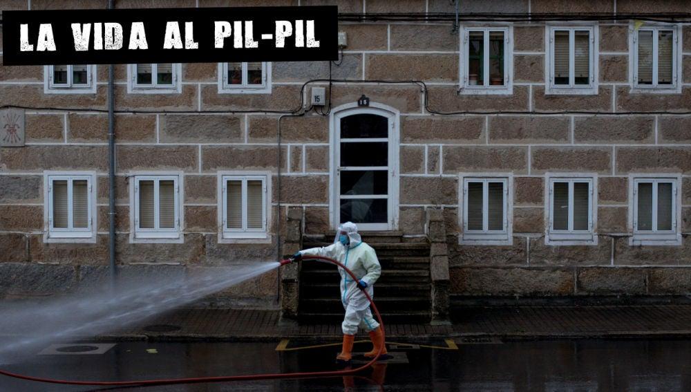 Un operario municipal realiza labores de desinfección en Orense