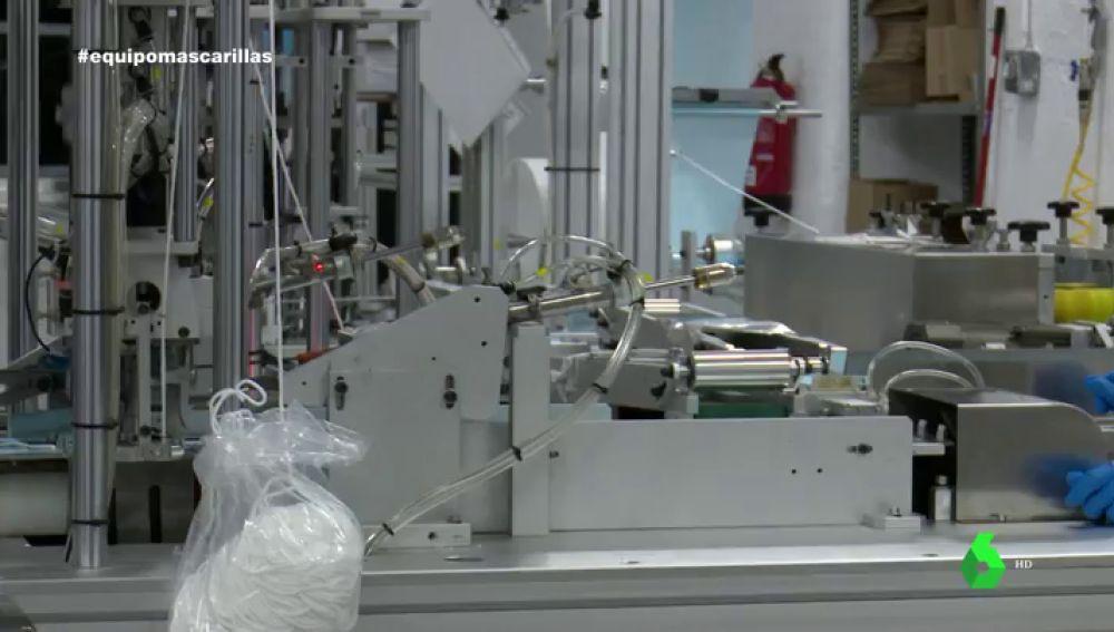 """Cómo una empresa que hacía colchones y almohadas ha logrado fabricar """"un millón"""" de mascarillas al día"""