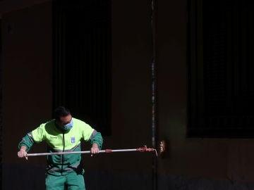 Un trabajador municipal pinta una pared