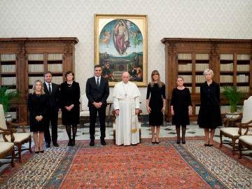Imagen de la reunión entre Pedro Sánchez y el papa Francisco en el Vaticano