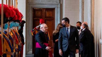 Pedro Sánchez es recibido por el regente de la Casa Pontificia, Leonardo Sapienza