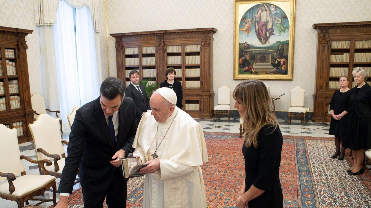 Pedro Sánchez charla con el papa Francisco