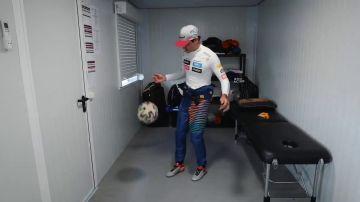 Carlos Sainz dando toques a un balón