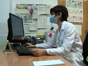 La otra pandemia: crece el número de sanitarios que renuncia a su puesto en España y se marcha al extranjero