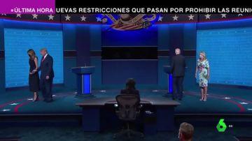 El gesto que sorprendió a Trump: Melania le aparta la mano en pleno directo y él le da una palmada